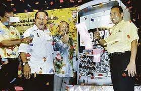 ANAK dengan BAPAK sama je..dua-dua ada kepentingan...satu bermotifkan politik..satu lagi bermotifkan kuasa...nak jawatan le tuhhh!!!