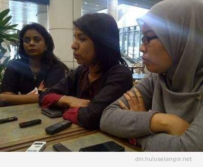 Orang kuat di sebalik isu kapal selam : Pengrah Eksekutif SUARAM , Cynthia Gabriel (tengah) dan kanan, Fadiah Nadwa Fikri, peguam cabang PKR, Lawyers for Liberty (LFL)