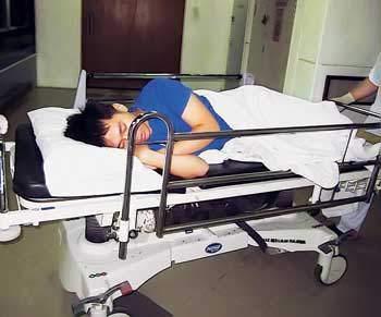 24岁的华裔男子精神失常,飞机要起飞时,突然打开紧急逃生门跳下,其背部骨头出现裂痕,入院治疗。