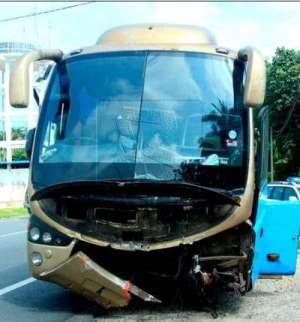 Bas ekspress yang terlibat dalam kemalangan yang menyebabkan 6 orang maut di KM129.65 Jalan Kuantan-Kuala Terengganu di Meraga Beris