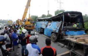 Keadaan sebuah bas kilang yang remuk menyebabkan dua maut di Kilometer 150.3 Lebuhraya Utara-Selatan (Plus) berhampiran susur keluar Bukit Tambun di Nibong Tebal, kira-kira pukul 6.30 pagi Jumaat
