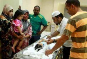 Kelihatan beberapa anggota keluarga melihat jenazah Muhammad Faiz Iqhmal Iskandar yang berusia 2 tahun meninggal dunia dipercayai didera oleh teman lelaki ibunya ketika ditemui di rumah mayat Hospital Sultanah Bahiyah, Alor Setar, Isnin. Muhammad Faiz Iqhmal meninggal dunia pada kira-kira 3.30 petang tadi ketika mendapat rawatan di sebuah klinik. Mangsa dipercayai ada unsur penderaan berdasarkan kesan lebam pada muka dan kecederaan pada testis