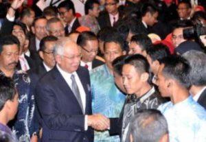 Perdana Menteri, Datuk Seri Najib Tun Razak disambut oleh para pelajar Institut Pengajian Tinggi (IPT) ketika hadir merasmikan Majlis Konvensyen Pemimpin Pelajar IPT 2012 di Pusat Dagangan Dunia Putra (PWTC), Kuala Lumpur