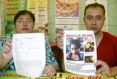 Roslan Ahmad Hadzrawi, 39, dan isteri, Zarina Zubir, 40, menunjukkan gambar anak beliau Nur Hidayah, 16, yang dipercayai dilarikan oleh seorang lelaki yang dikenali melalui laman sosial Facebook sejak seminggu lepas dan salinan laporan polis yang dibuat di dalam satu sidang akhbar di Wangsa Maju