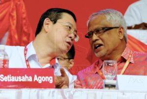 Setiausaha Agong DAP Lim Guan Eng dan Naib Presiden PAS Mahfuz Omar berbual sesuatu semasa menghadiri Kongres ke-16 DAP di Pusat Arena Sukan Antarabangsa Pulau Pinang (PISA)