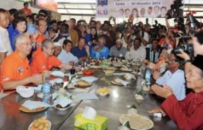 Perdana Menteri Datuk Seri Najib Tun Razak bersarapan bersama penduduk-penduduk kawasan Bayan Baru di Pasar Bayan Baru sempena lawatan kerja sehari ke Pulau Pinang