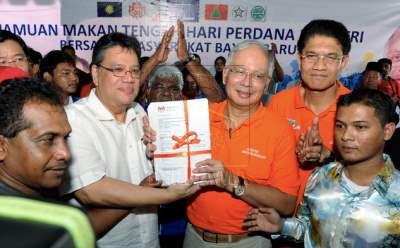Perdana Menteri Datuk Seri Najib Tun Razak menerima 347 borang keahlian Umno yang diserahkan oleh Anggota Parlimen Bayan Baru Datuk Seri Zahrain Mohd Hashim (dua, kiri) pada majlis makan tengah hari bersama penduduk Bayan Baru