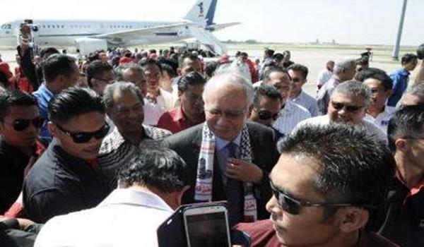 Najib disambut timbalannya Tan Sri Muhyiddin Yassin serta orang ramai setibanya di Kompleks Bunga Raya, KLIA sempena lawatan ke Gaza serta Mesyuarat Tahunan Forum Ekonomi Dunia (WEF) 2013 di Davos, Switzerland di Sepang