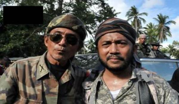 Azziudie Kiram (kiri) bersama pengikutnya