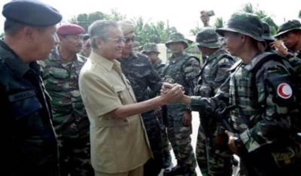Bekas Perdana Menteri, Tun Dr Mahathir Mohamad disambut oleh anggota Pasukan Gerakan Am (PGA) ketika beliau turun padang melawat markas PGA di Dewan Kencana, Felda Sahabat di Lahad Datu pada Ahad. Turut sama Ketua Polis Negara, Tan Sri Ismail Omar