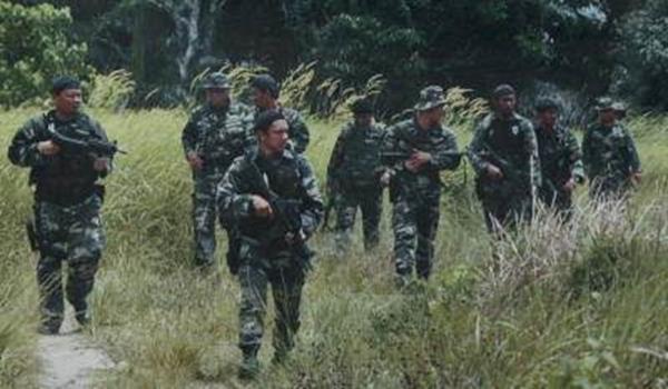 Anggota tentera meneruskan Op Daulat bagi memburu saki baki pengganas bersenjata dari Selatan Filipina yang masih berlindung di Kampung Tanduo, Lahad Datu, Khamis.