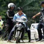 Anggota polis memeriksa dua remaja yang melalui Jalan Tanjung Labian, di Felda Sahabat dalam usaha untuk mengetatkan lagi kawalan pada hari kesepuluh Op Daulat