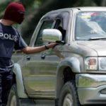 Kelihatan anggota polis menyoal pemandu sebuah kenderaan yang melalui Jalan Tanjung Labian, di Felda Sahabat dalam mengetatkan lagi kawalan