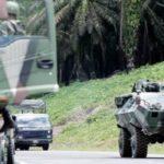 Kereta perisai pasukan tentera darat memasuki Jalan Tanjung Labian, dekat Felda Sahabat dalam usaha untuk mengetatkan lagi kawalan