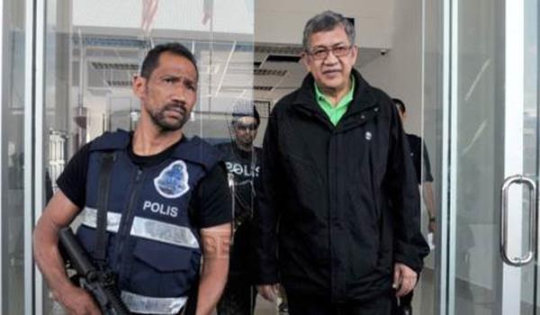 Peguam Negara Tan Sri Abdul Gani Patail diberi kawalan ketat ketika keluar dari Ibu Pejabat Polis Daerah Lahad Datu