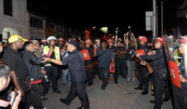 Sekumpulan anggota polis mengawal di hadapan bangunan Dewan Perniagaan Cina Pulau Pinang, Jalan Kapitan, George Town, malam Jumaat. Kekecohan tersebut berlaku ekoran kehadiran Naib Presiden PKR, Tian Chua ke Majlis Makan Malam PKR