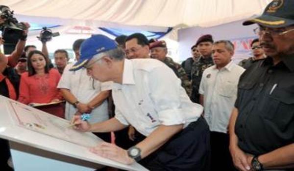 LAHAD DATU: Perdana Menteri Datuk Seri Najib Tun Razak menurunkan tandatangan sebagai simbolik pelancaran Ibu Pejabat Kawasan Keselamatan Khas Pantai Timur Sabah (ESSCOM) di Pangkalan Polis Marin