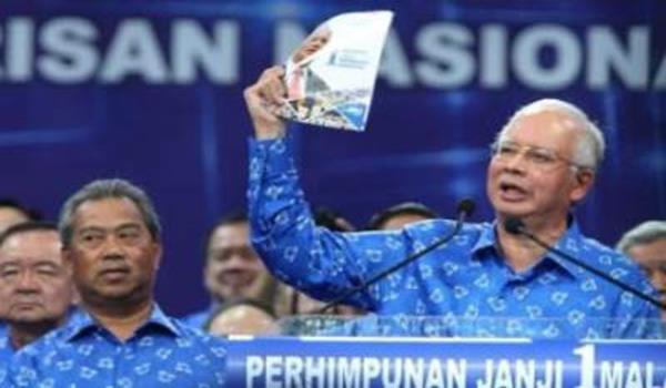 Perdana Menteri, Datuk Seri Najib Tun Razak dan Timbalan Perdana Menteri, Tan Sri Muhyiddin Yassin bersama para pemimpin parti komponen Barisan Nasional (BN) mengangkat tangan sewaktu melancarkan Manifesto BN di Stadoum Putra Bukit Jalil.