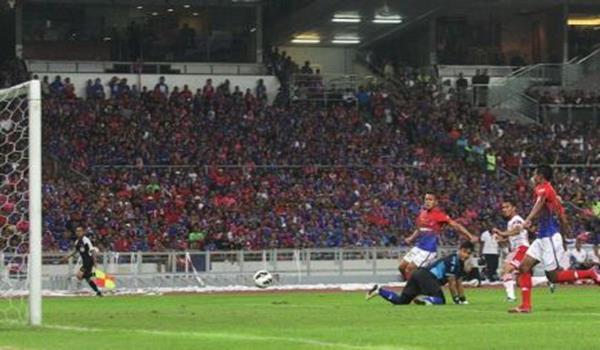 PEMAIN Kelantan, Mohd Norfarhan (dua kanan) menjaringkan gol pertama pada minit ke-16. Pasukan Kelantan mendahului Johor Darul Takzim (JDT) 1-0 dalam saingan final Piala FA MAlaysia