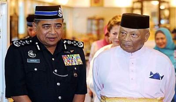 SULTAN Pahang Sultan Ahmad Shah (kanan) beramah mesra dengan Ketua Polis Negara, Tan Sri Khalid Abu Bakar ketika menerima mengadap pegawai tertinggi Polis Diraja Malaysia di Istana Abu Bakar dekat sini, semalam.