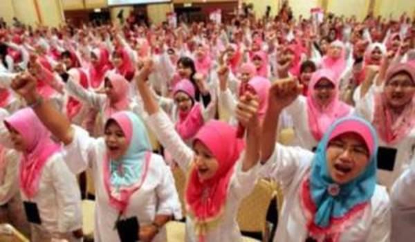 Puteri UMNO yang diamanahkan memantau media sosial lebih gemar memapatrkan aksi menggedik-gedik di media sosial