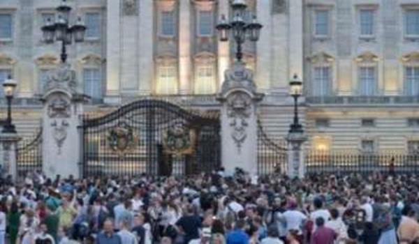 Orang ramai berkumpul untuk menyaksikan keadaan di perkarangan Istana Buckingham di London pada Isnin (waktu London) dan melihat pengumuman mengenai kelahiran bayi lelaki kepada pasangan Putera William dan Duchess of Cambridge,