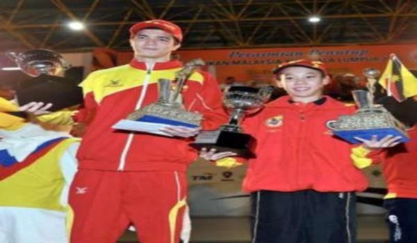 Danniel Iskandar (kiri) dan Esmelda Arecia menunjukkan trofi dan piala yang mereka peroleh pada Majlis Penutup Sukma Ke-16 di Stadium Mini Majlis Sukan Negara Bukit Jalil di Kuala Lumpur