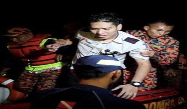 ANGGOTA bomba membantu Pembantu Juruterbang, Fairol Bamir, 23, salah seorang mangsa pesawat jenis PA28 Pilatus yang terhempas di perairan Selat Melaka berhampiran Masjid Selat, Pulau Melaka