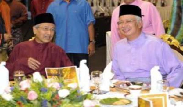 Perdana Menteri Datuk Seri Najib Tun Razak dan Mantan Perdana Menteri Tun Dr Mahathir Mohamad di majlis berbuka puasa bersama ulamak dan umarak serta NGO Islam di Seri Perdana di Putrajaya, malam Khamis. Lebih 2,000 tetamu hadir dan turut menyaksikan penyampaian sumbangan pada fakir miskin dan asnaf