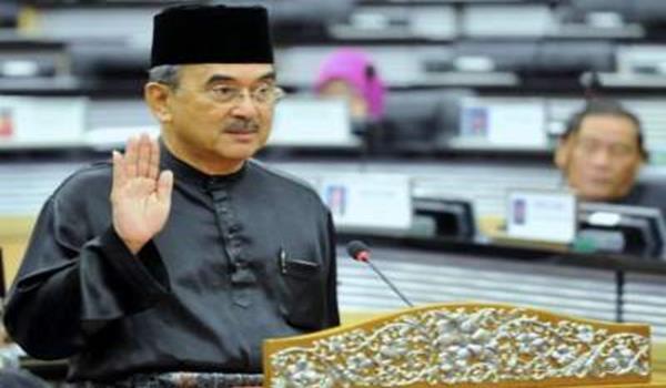 Datuk Seri Mohd Ali Rustam mengangkat sumpah sebagai senator di hadapan Yang Dipertua Dewan Negara Tan Sri Abu Zahar Ujang di Dewan Negara