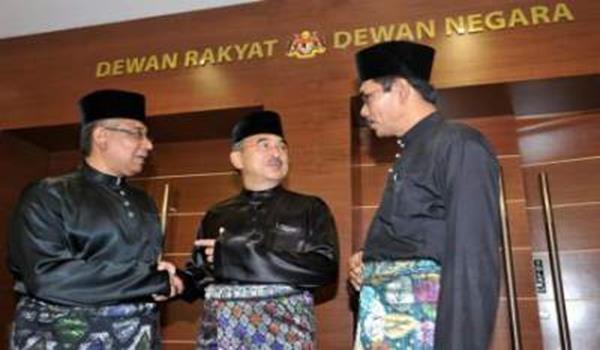 Senator Datuk Seri Mohd Ali Rustam (tengah) berbual dengan Senator Datuk Yahaya Mat Ghani@Abbas (kanan) dan Senator Datuk Megat Zulkarnain Tan Sri Omar Din selepas mengangkat sumpah sebagai Senator Dewan Negara di Dewan Negara di Kuala Lumpur