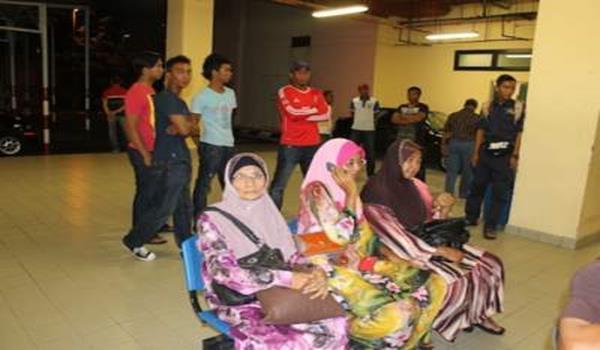 Isteri Ibrahim, Kamariah Abu Bakar, 56, (kanan) sedang menunggu jenazah suaminya di HSAH