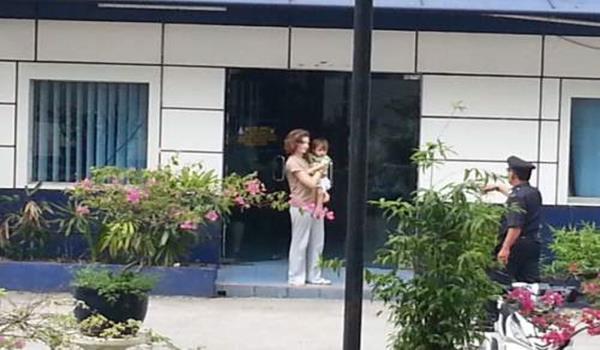 Freddie' bersama ibunya di Balai polis Titiwangsa