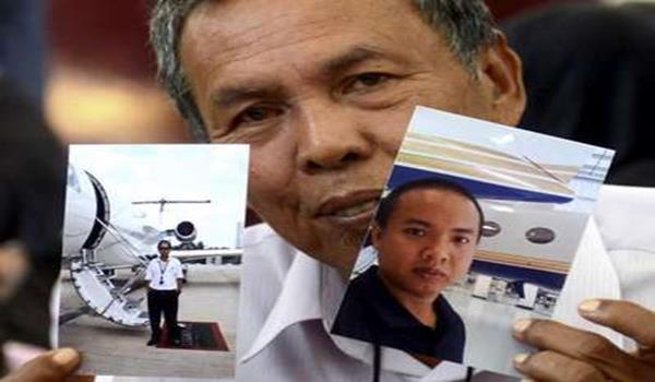 Selamat Omar, 60, menunjukkan gambar anaknya Mohd Khairul Amri Selamat, 29, salah seorang penumpang pesawat MH370 yang hilang sejak 8 Mac lalu.