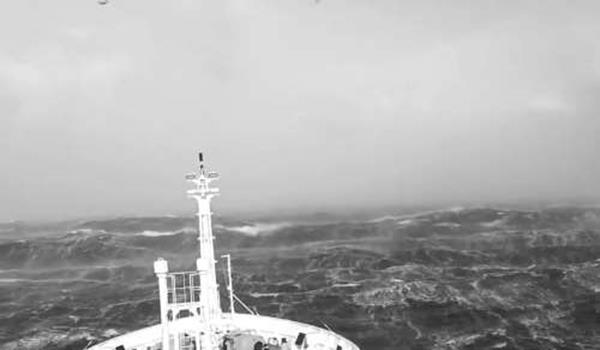 Salah satu kapal mencari dan menyelamat milik Tentera Australia. Dunia kini sedang mengejar masa mengharungi gelombang besar lautan Hindi untuk mendapatkan semula kotak hitam pesawat MH370 yang terhempas di selatan Lautan Hindi.