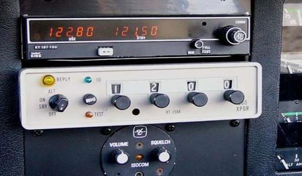 Transponder adalah radio pemancar di kokpit yang berhubung dengan radar di darat.