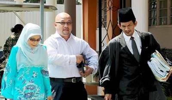 ADAM Tumiran dan pasangannya berlalu keluar dari Mahkamah Tinggi Syariah.