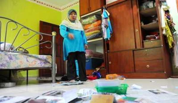 Ibu tiri kepada salah seorang penumpang pesawat MH370 Rosila Abu Samah, 50, menunjukkan keadaan rumahnya yang berselerak selepas dimasuki perompak di Felda Bukit Mendi, dekat Bera.