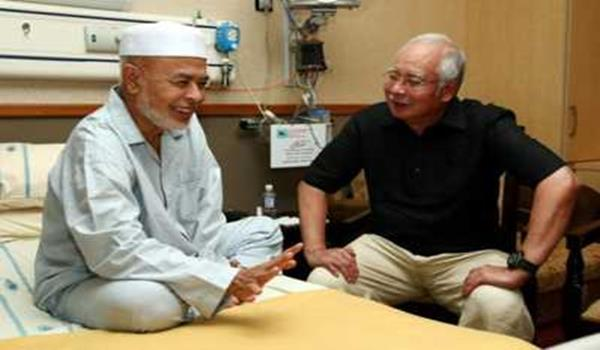 MESRA... Perdana Menteri, Datuk Seri Najib Tun Razak berbual mesra bersama Timbalan Mursyidul Am PAS, Datuk Dr Haron Din (kiri) yang kelihatan ceria dan semakin sihat semasa kunjungan Perdana Menteri ke Institut Jantung Negara (IJN)