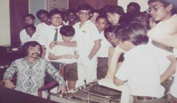 Jamal (kiri) dikunjungi kanak-kanak sekolah semasa popularitinya pada tahun 80-an ketika menjadi hos Mini Parlimen sebagai Speaker.