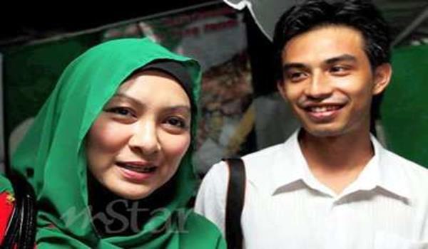 Abby Abadi bersama suaminya Muhammad Noor Farhan Che Bakar.