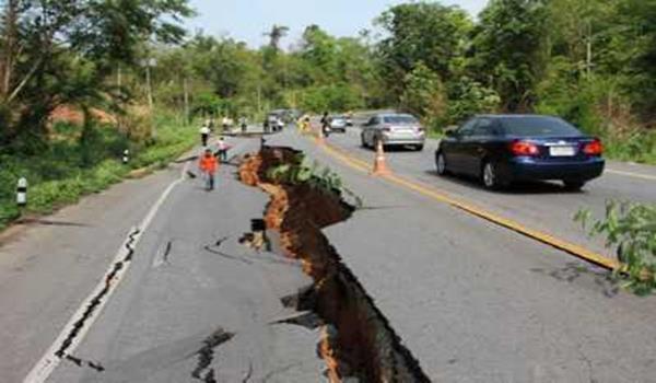 Keadaan jalan yang rosak berikutan gempa bumi yang melanda di Chiang Rai, utara Thailand