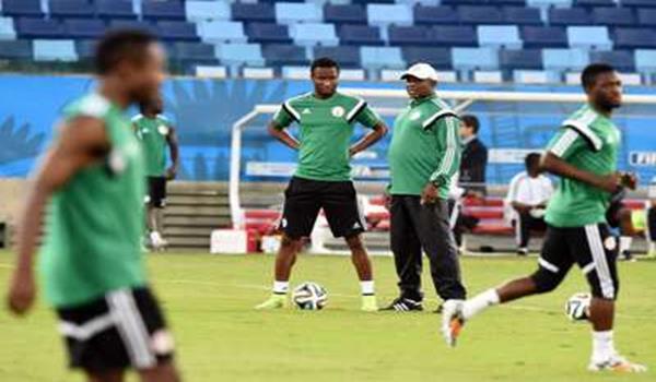 Keshi (bertopi) berbincang sesuatu dengan John Obi Mikel dalam latihan Piala Dunia.