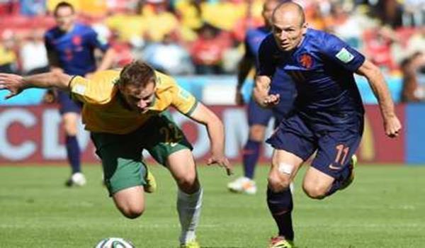 Robben (kanan) membuka jaringan perlawanan pada minit ke-20 ketika bertemu Australia