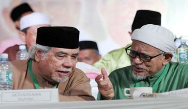 Presiden PAS Datuk Seri Abdul Hadi Awang berbincang dengan Setiausaha Agung PAS Datuk Mustafa Ali pada sesi ucapan penggulungan Muktamar Tahunan PAS kali ke-60 Batu Pahat 1435/2014 di Parit Raja, Batu Pahat