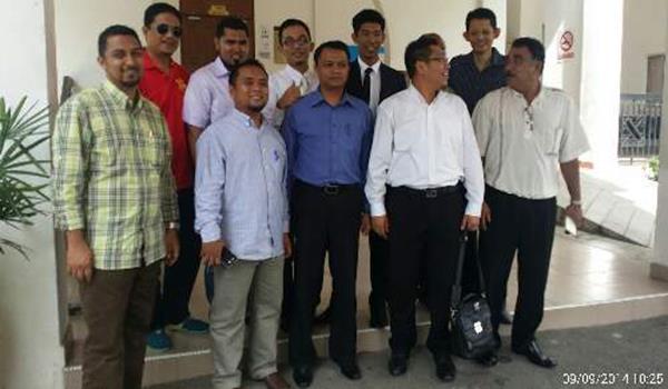 Aedi Redzwan bersama peguam dan sebahagian pemuda Hulu Selangor.