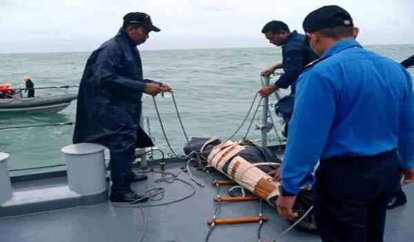 airasia-qz8501-tldm-temui-mayat-gelongsor (5)