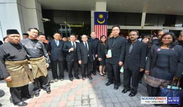 Barisan MP pembangkang yang memakai sut hitam ketika perasmian Sidang Dewan Rakyat oleh Yang di Pertuan Agong pada Isnin