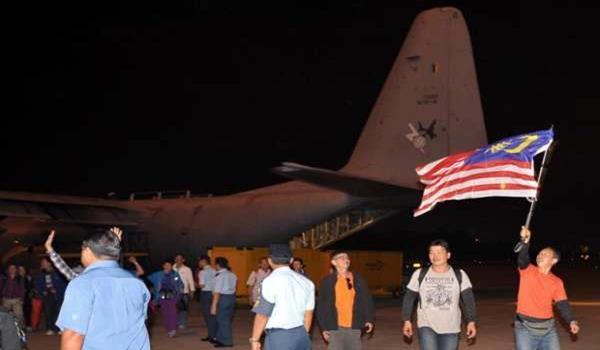 104 rakyat Malaysia yang menaiki pesawat C-130 Hercules milik Tentera Udara Diraja Malaysia(TUDM) dari Lapangan Terbang Antarabangsa Tribhuvan di Kathmandu, Nepal selamat tiba di Pengkalan TUDM Subang.