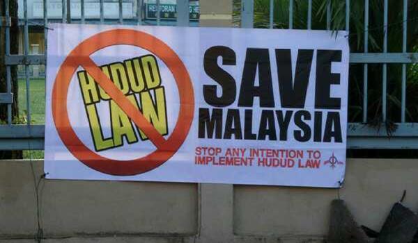 Kain rentang dipasang sempena pemilihan DAPsy di Serdang, Selangor